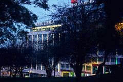 Lisbona, Portogallo - gennaio 2018 La costruzione della società Fenix nel centro di Lisbona Nella priorità alta c'è albero scuro Fotografia Stock