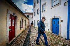 LISBONA, PORTOGALLO - 27 gennaio 2011: Uomo sconosciuto sulle vie della vicinanza di Alfama, il vecchio quarto di Lisbona Fotografie Stock