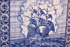 Lisbona, Portogallo: le mattonelle della via con i motivi portoghesi di scoperte in Alfama dividono Fotografia Stock Libera da Diritti