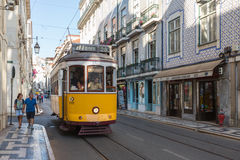 LISBONA, PORTOGALLO - 12 LUGLIO 2015: Tram d'annata nel centro urbano di Lisbona, Portogallo immagini stock