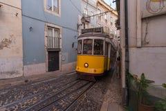 LISBONA, PORTOGALLO - 12 LUGLIO 2015: Tram d'annata nel centro urbano di Lisbona, Portogallo fotografia stock