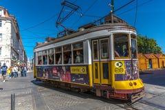Lisbona, Portogallo - 9 maggio 2018 - turista e locali che guidano un tram giallo tradizionale a Lisbona del centro, in un bello  fotografia stock