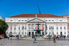 Lisbona, Portogallo - 9 maggio 2018 - turisti e locali che camminano in un boulevard tradizionale a Lisbona in città in un giorno fotografia stock libera da diritti