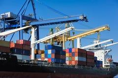 Lisbona, Portogallo - nave porta-container sul terminale Immagine Stock
