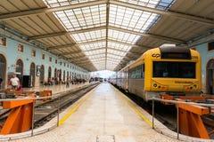 Lisbona Portogallo Santa Apolonia Train Station Indoors Busy soleggiata Fotografie Stock Libere da Diritti