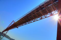 Lisbona, sospensione 25 del punto di riferimento del ponte di aprile Fotografie Stock Libere da Diritti