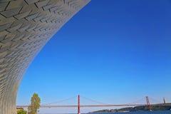 Lisbona, sospensione 25 del punto di riferimento del ponte di aprile Fotografia Stock