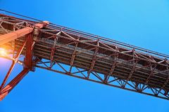 Lisbona, sospensione 25 del punto di riferimento del ponte di aprile Immagine Stock