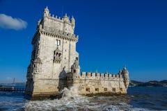 Lisbona Torre de Belem, alta marea con la rottura dell'onda Fotografia Stock