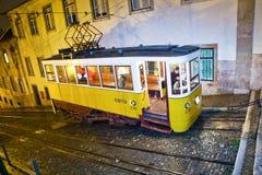 Lisbonne la nuit, tram célèbre, photographie stock