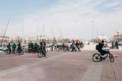 Lisbonne, le 18 juin 2018 : Un groupe de touristes sur des bicyclettes ou les athlètes admirent les belles vues de la ville sur Image libre de droits