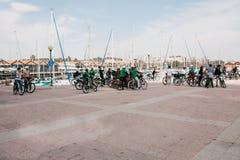 Lisbonne, le 18 juin 2018 : Un groupe de touristes sur des bicyclettes ou les athlètes admirent les belles vues de la ville sur Image stock