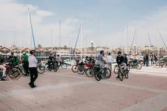 Lisbonne, le 18 juin 2018 : Un groupe de touristes sur des bicyclettes ou les athlètes admirent les belles vues de la ville sur Photo libre de droits