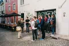 Lisbonne, le 18 juin 2018 : Un guide des riverains indique des touristes en une visite gratuite des vues de la ville Visite gratu images stock