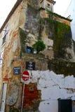 Lisbonne, les bâtiments négligés par abandodned/ Photographie stock