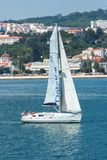 Lisbonne, Portugal - 3 avril 2010 : bateau à voile en mer sur le paysage urbain Voilier avec la navigation blanche de voile le lo Photos libres de droits