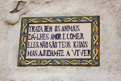 Lisbonne, Portugal : bloc populaire au sujet des animaux dans des tuiles dans un mur dans le quart de Mouraria Photos stock