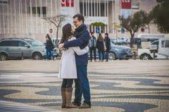 Lisbonne, Portugal - janvier 2018 : Beaux couples de jeunes amants Fille et ami étreignant sur la rue Photos libres de droits