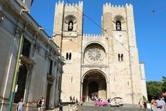 LISBONNE, PORTUGAL - 25 JUIN 2018 : Cathédrale de Lisbonne avec des touristes marchant dans la rue, Portugal images libres de droits