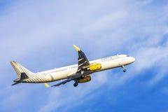 LISBONNE, PORTUGAL, LE 9 SEPTEMBRE 2015 : Air de Vueling de ligne aérienne de décollage Photographie stock libre de droits