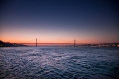 LISBONNE, PORTUGAL - le Tage après le pont de 25 de Abril de Cacilhas Images stock