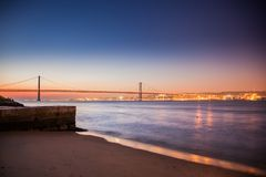 LISBONNE, PORTUGAL - le Tage après le pont de 25 de Abril de Cacilhas Image stock