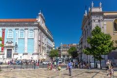 Lisbonne, Portugal - 9 mai 2018 - touristes et gens du pays appréciant un temps étonnant de jour de ciel bleu au printemps, bâtim photo stock