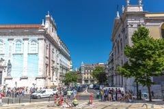 Lisbonne, Portugal - 9 mai 2018 - touristes et gens du pays appréciant un temps étonnant de jour de ciel bleu au printemps, bâtim photographie stock