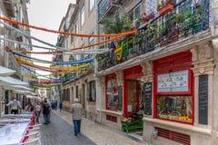 Lisbonne, Portugal - 9 mai 2018 - touristes et gens du pays marchant dans les rues de la région de Chiado à Lisbonne du centre au photo libre de droits