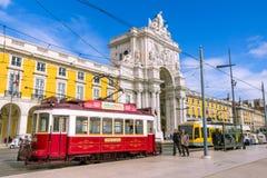Lisbonne, PORTUGAL - 5 mars 2016 : Vieilles tramways Praca de Comercio à Lisbonne Photographie stock libre de droits