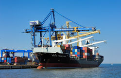 Lisbonne, Portugal - navire porte-conteneurs sur le terminal de chargement Photographie stock libre de droits
