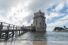 Lisbonne, Portugal - novembre 2,2017 : Attente de touristes non identifiée dans la ligne à la tour de Belem photo libre de droits