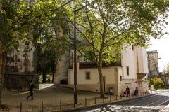 Lisbonne, Portugal : Rue d'Amoreiras avec des voûtes de l'aqueduc et de l'église Photographie stock libre de droits