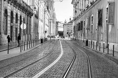LISBONNE, PORTUGAL - 29 10 2017 : Rue de ville au temps de jour Noir-wh Image stock
