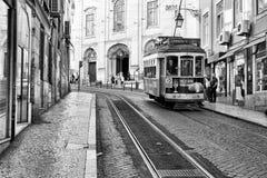 LISBONNE, PORTUGAL - 29 10 2017 : Rue de ville au temps de jour Noir-wh Image libre de droits