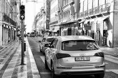 LISBONNE, PORTUGAL - 29 10 2017 : Rue de ville au temps de jour Noir-wh Images libres de droits