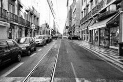 LISBONNE, PORTUGAL - 29 10 2017 : Rue de ville au temps de jour Noir-wh Photo libre de droits