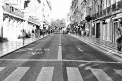 LISBONNE, PORTUGAL - 29 10 2017 : Rue de ville au temps de jour Noir-wh Photographie stock