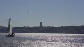 LISBONNE, PORTUGAL - septembre 2015 : Les 25 De Abril Bridge au-dessus de yacht du Tage banque de vidéos