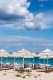 LISCIA RUJA, SARDINIA/ITALY - 22-ОЕ МАЯ: Парасоли и sunloungers Стоковая Фотография RF