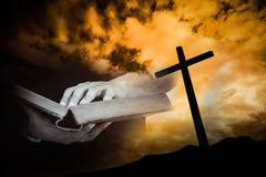 Lisez la bible avec le fond croisé Photos stock