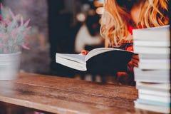 Lisez les livres dans leur temps disponible photographie stock libre de droits