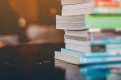 Lisez les livres dans leur temps disponible photographie stock