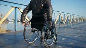 Lisie la impulsión al aire libre en el puente, confianza en sí mismo discapacitada, varón inválido metrajes