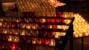 LISIEUX, FR - 20 AUGUSTUS 2018: Kaarsen Heilige Therese, Frankrijk stock videobeelden