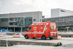 Lissabon April 25, 2018: En ambulans på stadsgatan Nöd- hjälp Ambulansservice 112 Royaltyfri Foto