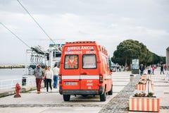 Lissabon April 25, 2018: En ambulans på stadsgatan Nöd- hjälp Ambulansservice 112 Arkivbild