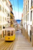 Lissabon Bica Cablecar, gul spårvagn, gammal Uptown, lopp Lissabon Royaltyfria Bilder