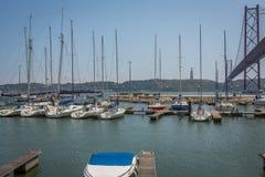 Lissabon-Brücke vom Jachthafen Lizenzfreie Stockfotos