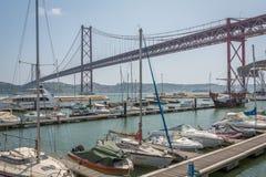Lissabon-Brücke vom Jachthafen Stockfoto